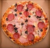 Pizza im Kasten Lizenzfreie Stockfotos