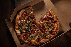 Pizza in im Lieferungskasten stockbild