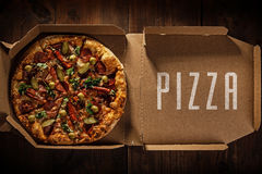 Pizza in im Lieferungskasten Stockfotos