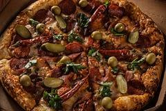 Pizza in im Lieferungskasten lizenzfreie stockbilder