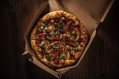 Pizza in im Lieferungskasten lizenzfreie stockfotos