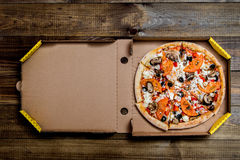 Pizza in im Lieferungskasten können Sie Ihr Schreiben auf den Kasten setzen lizenzfreie stockfotografie