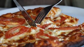 Pizza im Restaurant stock footage