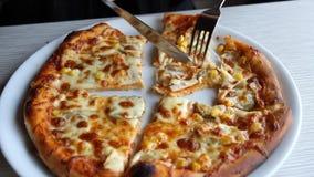 Pizza im Schnellrestaurant stock video