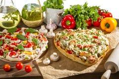 Pizza, innan och når att baka Arkivbild