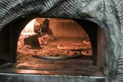 Pizza innerhalb des Ofens Lizenzfreie Stockbilder