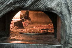 Pizza inom ugnen Royaltyfria Bilder