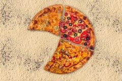Pizza internacional enorme en fondo de la harina Fotografía de archivo libre de regalías