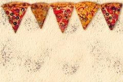 Pizza internacional enorme en fondo de la harina Fotos de archivo libres de regalías