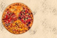 Pizza internacional enorme en fondo de la harina Imágenes de archivo libres de regalías