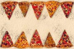 Pizza internacional enorme en fondo de la harina Foto de archivo