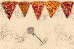 Pizza internacional enorme en fondo de la harina Imagen de archivo libre de regalías