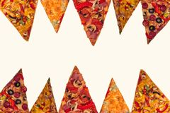 Pizza internacional enorme no fundo branco Foto de Stock