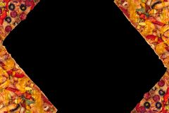 Pizza internacional enorme no fundo preto Conceito do alimento Fotografia de Stock