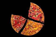 Pizza internacional enorme no fundo preto Conceito do alimento Imagens de Stock
