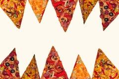 Pizza internationale énorme sur le fond blanc Photo stock