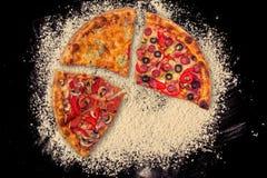 Pizza internationale énorme sur le fond de farine Photo stock