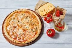 Pizza irascibile della margarita con salsa al pomodoro, mozzarella immagini stock
