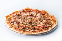 Pizza italiana affettata deliziosa con i funghi, il prosciutto e il che fotografie stock libere da diritti