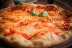Pizza italiana calda Fotografie Stock Libere da Diritti