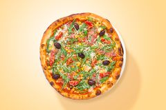 Pizza italiana casalinga con il prosciutto di Parma e le verdure alimento da sopra immagine stock libera da diritti