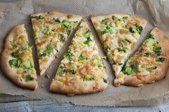 Pizza italiana casalinga vegetariana con i broccoli ed il formaggio su fondo di legno Alimento sano fotografia stock
