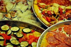 Pizza italiana in cassetti rotondi Immagine Stock