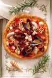 Pizza italiana classica con seafood frutti di mare fotografie stock