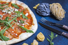 Pizza italiana classica fresca con pasta e la coltelleria, vista superiore, disposizione piana fotografie stock libere da diritti