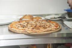 Pizza italiana cocida manera tradicional Imagen de archivo libre de regalías
