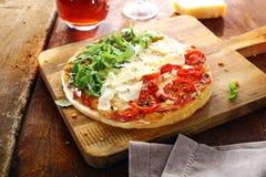 Pizza italiana colorida en los colores nacionales Imagenes de archivo