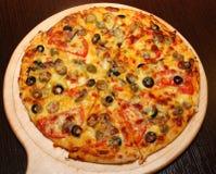 Pizza italiana com cogumelos e azeitonas fotografia de stock royalty free