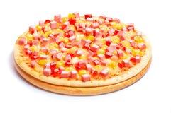 Pizza italiana com o queijo e as salsichas cortadas isolados no fundo branco Fotos de Stock