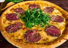 Pizza italiana con el primer de la carne de vaca imagen de archivo libre de regalías