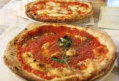 Pizza italiana con i pomodori, il formaggio ed il basilico Napoli Fotografie Stock Libere da Diritti