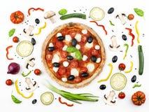 Pizza italiana con i suoi ingredienti Fotografia Stock Libera da Diritti