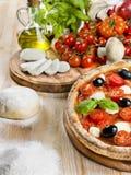 Pizza italiana con il pomodoro, la mozzarella e le olive Immagine Stock