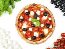 Pizza italiana con il pomodoro, la mozzarella, il basilico e le olive Fotografia Stock