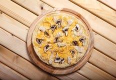 Pizza italiana con la cebolla, el tocino, setas y aceitunas Imagen de archivo libre de regalías