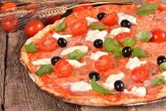Pizza italiana con la mozzarella Immagini Stock