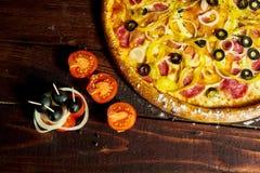 Pizza italiana con las aceitunas queso y salami imagen de archivo