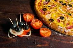 Pizza italiana con las aceitunas queso y salami fotos de archivo libres de regalías