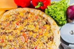 Pizza italiana con las verduras queso y salmueras Imágenes de archivo libres de regalías
