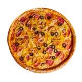 Pizza italiana con le olive formaggio e salame fotografie stock libere da diritti