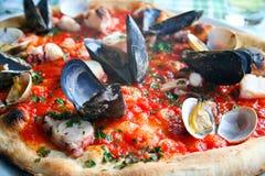 Pizza italiana con los mariscos imágenes de archivo libres de regalías