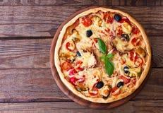 Pizza italiana con los mariscos Visión superior Imagen de archivo