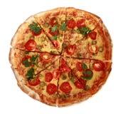 Pizza italiana con los tomates de cereza y la albahaca verde Foto de archivo
