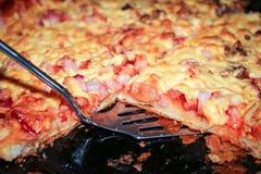 Pizza italiana con queso, el jamón y los tomates Foto de archivo