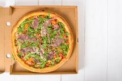 Pizza italiana con Rucola fresco verde, Prosciutto Ham And Parmigiano Reggiano Fotografía de archivo