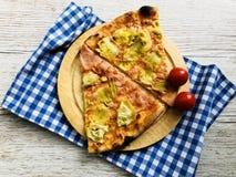 A pizza italiana corta Quattro Stagioni imagens de stock